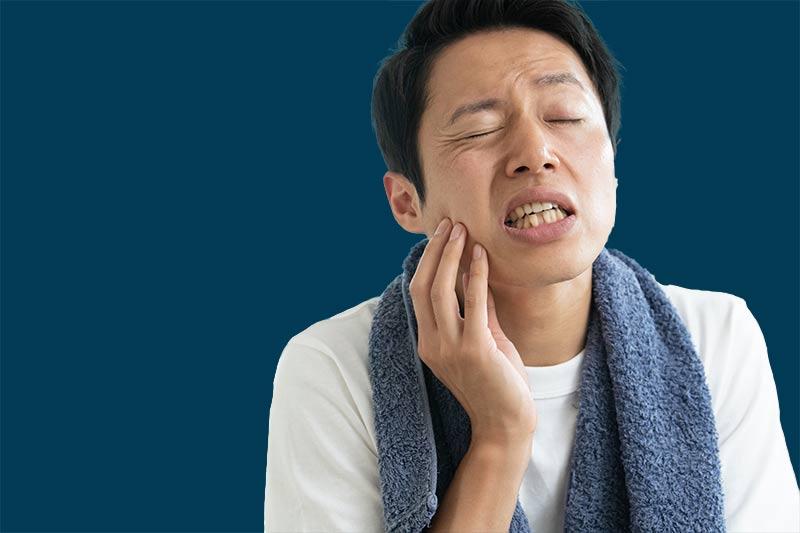 夜中に歯が痛くて死にそうな男性
